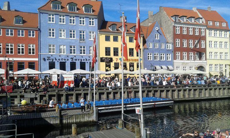 LA CAPITALE DANESE IN CINQUE GIORNI La capitale danese è la patria di Hans Christian Andersen , dei Giardini di Tivoli e di Christiana, un'area abbandonata dove non è possibile scattare foto. Magica ed eco friendly con le turbine eolic #copenaghen #danimarca #viaggi