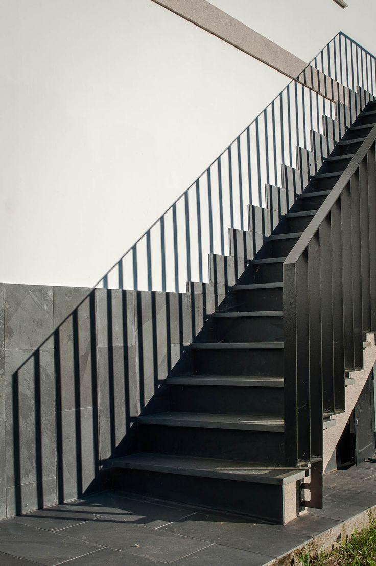 Detalle de escalera exterior en fachada posterior