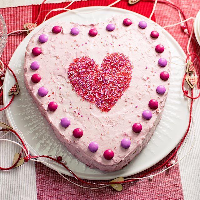 Herztorte Mit Himbeeren Mit Biskuitboden Und Leckerer Himbeercreme Für  Valentinstag Oder Muttertag. Einfaches Und Leckeres