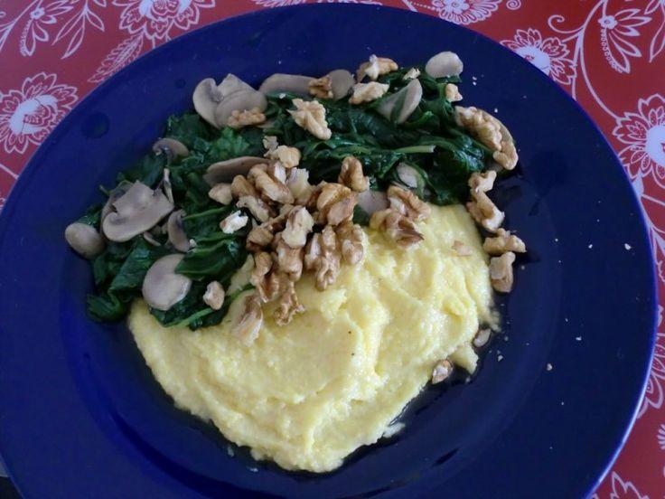 Tip van deVegetariër-redactie: polenta is snel gemaakt en super veelzijdig te gebruiken. Denk aan allerlei toppings, zoals een snelle tomatensaus, ratatouille (bijvoorbeeld gebakken aubergine