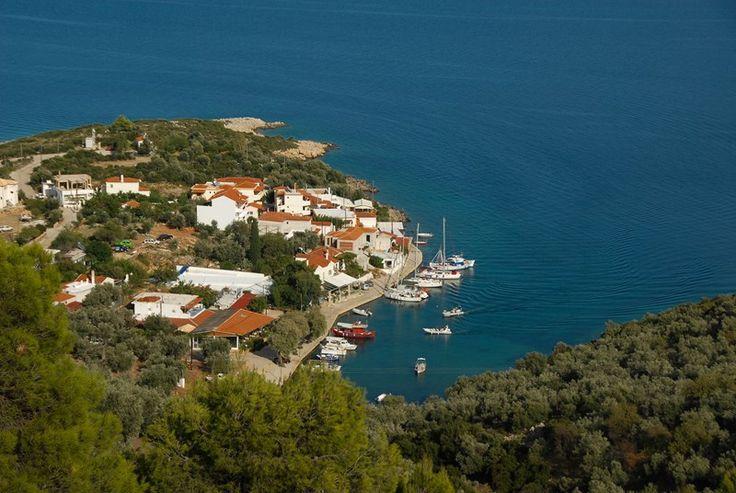 Η Στενή Βάλα, όμορφο παραθαλάσσιο χωριό, χτισμένο σε μικρό όρμο με γαλαζοπράσινα νερά