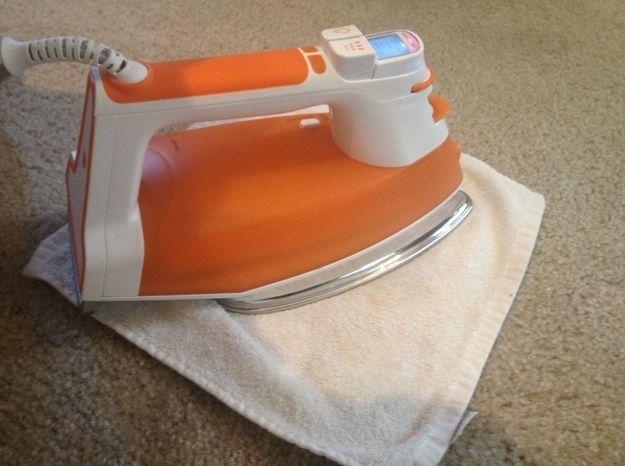 Use um ferro de passar para remover manchas REALMENTE difíceis no carpete.