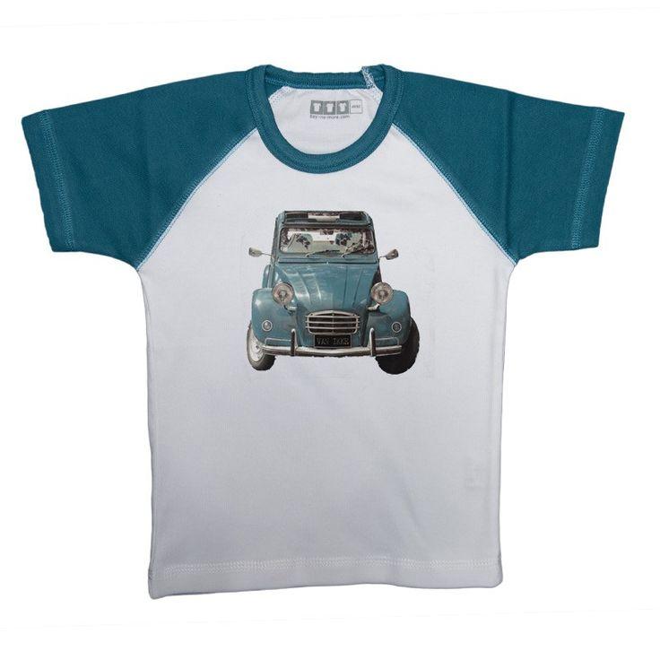 Oude eend auto - Raglan blauw t shirt van katoen. Jongens model valt slank gesneden met korte mouw. De opdruk van de oude auto eend  is 15x14cm groot. Het shirt kan gewoon in de wasmachine op 40 graden gewassen worden. Niet in de droger.