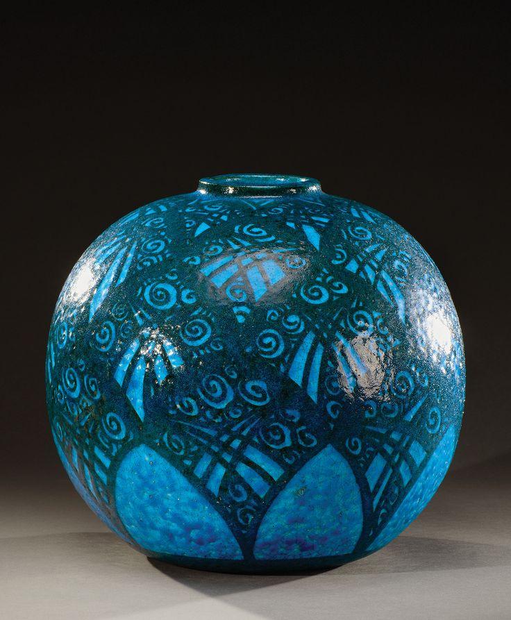 """Raoul Lachenal  (1885-1956)  Vase boule à col resserré en céramique émaillée bleu-turquoise à décor  d′enroulements bleu foncé. Signé """"Lachenal Pièce unique"""". Vers 1930.  A ball shaped turquoise blue enamelled ceramic vase decorated with dark blue coils. Signed """"Lachenal Pièce unique"""".   circa 1930. H :32,5 cm -12 ¾ in"""