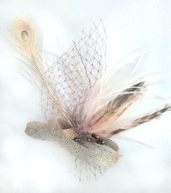 Tocado en color topo/crudo. Plumas diversas, velo, sinamay y pedrería. #taupé #topo #fascinator #millinery #tocado #grey #gris #crudo #sinamay #malla #pluma #feather #wedding #party #pedrería #velo #pavoreal