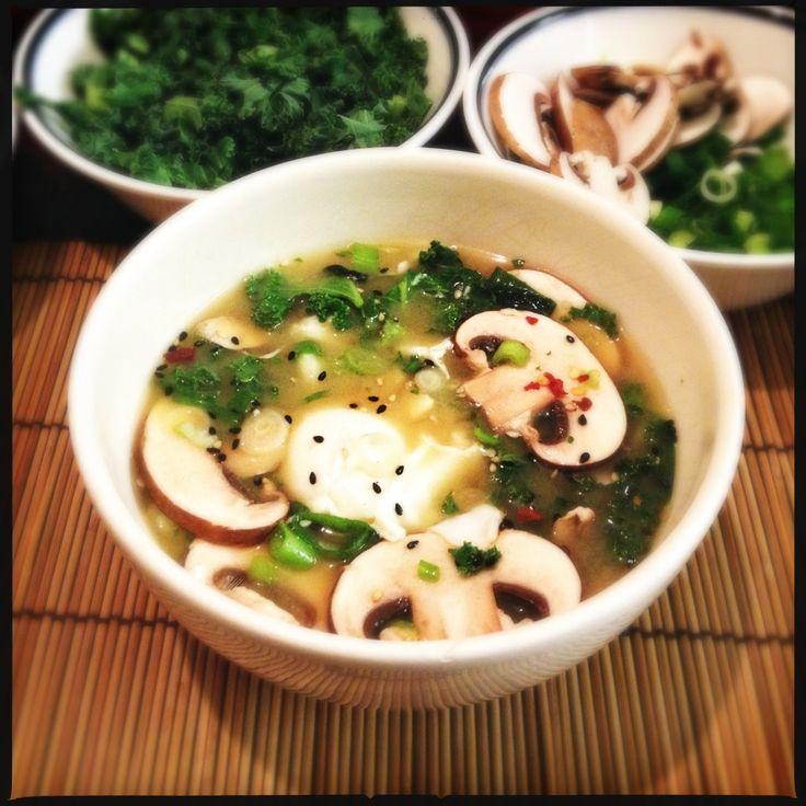 miso soup soep japans oosters gezond lekker recept dashi paddestoel spinazie ei gepocheerd tofu vegetarisch koken eten recepten hoe maken so...