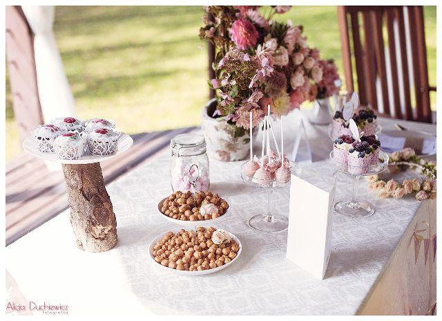 słodkości i bukiety na słodkim bufecie podczas wesela