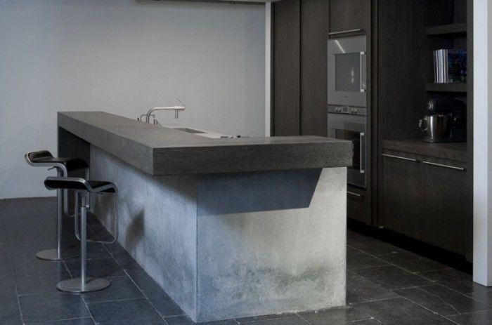 Wij maken betonnen werkbladen in diverse kleuren op de manier van terrazzo. Deze worden ter plaatse gestort, zie onze site www.koakdesign.nl - mooie bar aan kookeiland