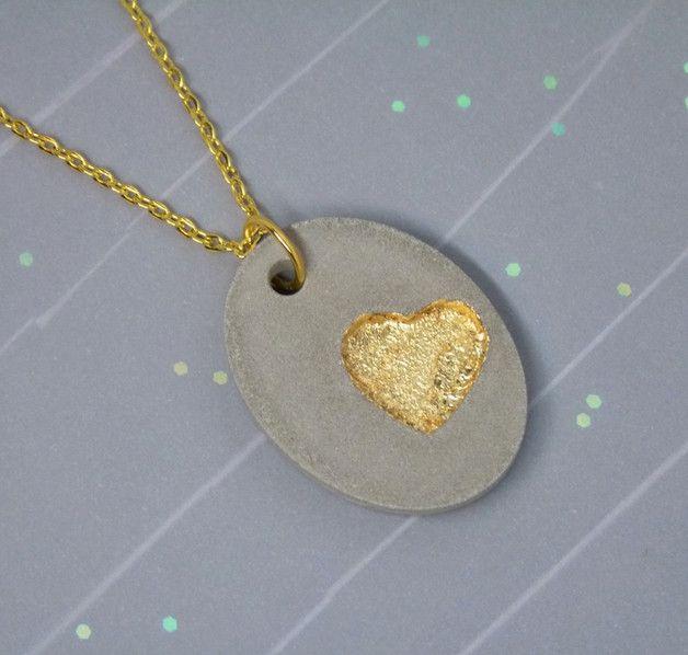 **_Der etwas andere Beton - Schmuck!_**     _Ein schlichter ovaler Anhänger aus Schmuckbeton, hier dominiert das süße Herz welches ich mit Blattmetall in antik-gold ausgelegt habe._ _Das...