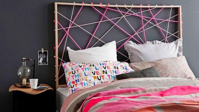 Une tête de lit originale réalisée à partir de cordes colorées.
