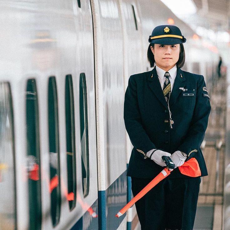 Самое главное перед поездкой в Японию - это не забыть купить JR Rail Pass а купить его в электронном виде нельзя только заказав ваучер почтой перед поездкой заранее. По приезду в Японию этот ваучер нужно обменять на сам rail pass.  Это очень дешево всего за 250 евро вы будучи туристом получаете безлимитные перемещения по Японии на линиях Japan Railways а сюда входят все Шинкансены и большинство других линий. Эта стоимость сравнима с одним билетом Токио-Киото в оба конца. Rail Pass - это…