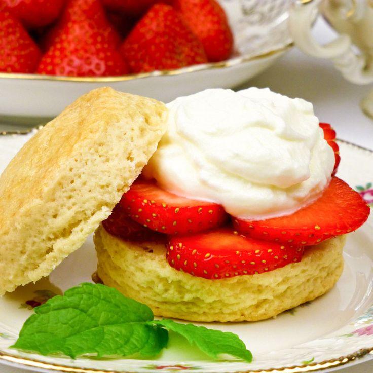 High tea Scones met verse aardbeien en slagroom