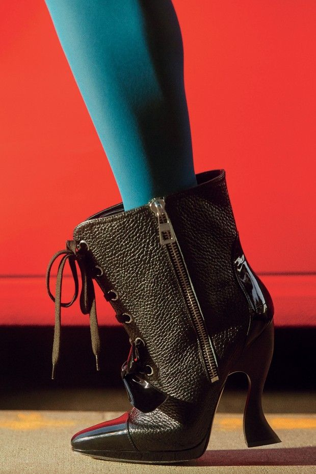 Meia-calça da marca alemã Falke, usada com bota Loewe (Foto: Charlotte Wales/Condé Nast Archive, © Estate Of Antonio Lopez & Juan Ramos, Gianfranco Gorgoni, Metropolitan Museum Of Art/domínio Público, Emma Summerton/Reprodução Vogue Japão P. 288 Courtesy Of Art Production Fund And Nevada Museum Of Art, Bloomberg/ge)