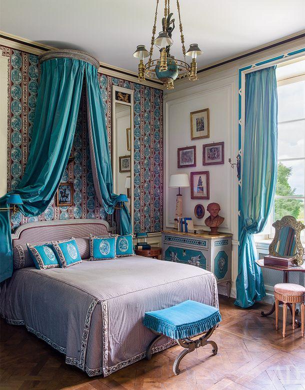 Как оформить спальню: 27 идей | Практикум | AD Magazine Еще одна спальня из Château Fourcas Hosten. Пример дозированного использования цвета — его ...  #бирюзовый #спальня