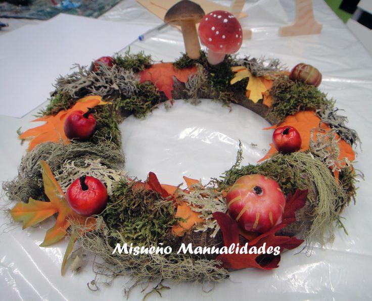 Corona de otoño con musgo, setas y hojas de tela, para que dure muchos años... www.misuenyo.com / www.misuenyo.es