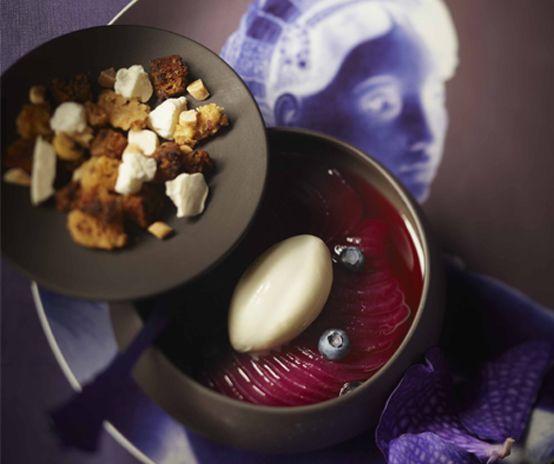 Lenôtre - Accords Pourpres, poire pochée aux airelles et myrtilles, crumble épicé et glace yaourt. www.lenotre.com