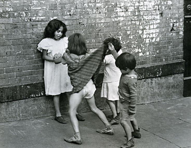 new york   boy lifting girl's skirt   foto: helen levitt