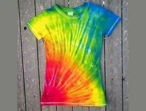 how to tie dye a t shirt, I've done it plenty of times but I never made designs on them....weekend project!