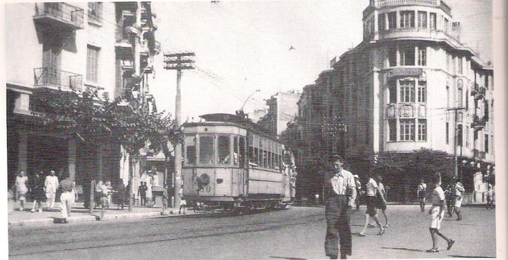 Το τραμ. Το μέσο που, τέλη της δεκαετίας του '50, ξηλώθηκε ως ξεπερασμένο, με την έλευση του ΟΑΣΘ και των λεωφορείων και σήμερα το ψάχνουμε. Αναφέρει ο συγγραφέας ''Κάθε κυριακή παίρναμε το τραμ από πλατεία Βαρδαρίου μέχρι το Συντριβάνι, όπου ήταν το γήπεδο του ΠΑΟΚ(σ.σ. στη θέση του βρίσκεται σήμερα η πανεπιστημιούπολη του ΑΠΘ). Τα καλοκαίρια παίρναμε το τραμ που πήγαινε Αποθήκη(Ντεπώ-τέρμα του σημερινού 30) και από εκεί ποδαρόδρομο μέχρι το Καραμπουρνού για μπάνιο. Όλες οι μετακινήσεις…