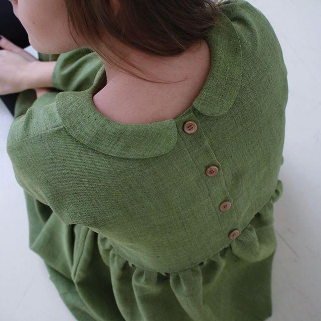 •Платье с супер завышенной талией• 💚 Цвет: зелёный. 💚В наличии единый размер, отлично подойдёт размерам xs, s и m 💚Материал: 50% лён, 20% хлопок, 30% п/э 💚4500 руб. 💚Карманы имеются. 💚Изюминка: воротник и деревянные пуговица на спинке платья. 💚Точные мерки: Длина изделия: 101 см Длина до талии по спинке: 30 см Длина юбки: 66 см Обхват груди: 96 см  Ширина рукава: 30 см Длина рукава: 41 см  Хочешь? Пиши в Директ @maya.dresss , я расскажу про оплату, доставку и прочие важные и…