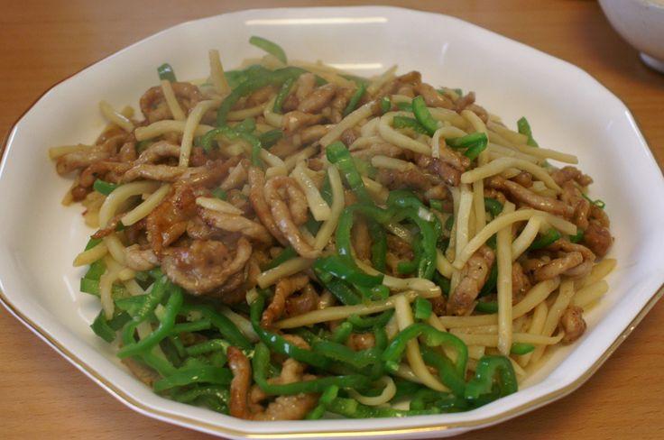 以前も本格中華な味のチンジャオロース(青椒肉絲)の作り方(レシピ)でチンジャオロース(青椒肉絲)のレシピをご紹介したのですが、どうやら勘違いをしていたらしいです。牛肉を使ったやつは青椒牛肉絲(qīngjiāo niúròusī、チンジャオニウロースー)と呼ぶらしい。 日本ではごっちゃになって使われている気もするけど、、Wikipedia に...