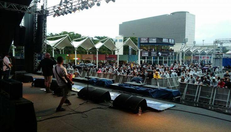 A plateia do show do Mao. (E eu ali na grade, do lado dessa capa de chuva vermelha!)