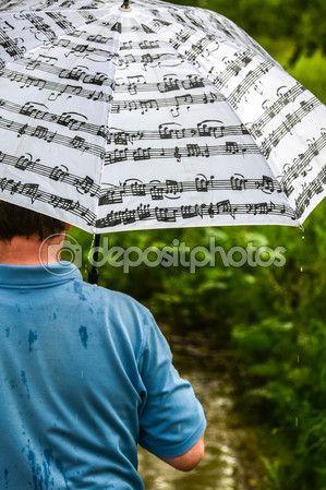 Человек под зонтиком во время дождя от спины — Стоковое фото © kulkann #116846170