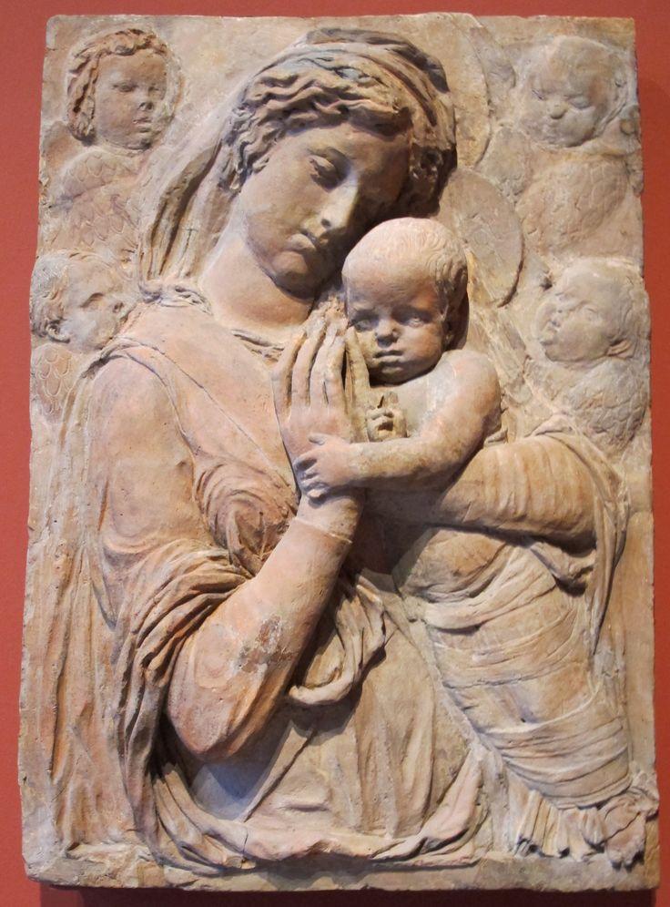 """Donatello, vero nome Donato di Niccolò di Betto Bardi (Firenze 1386 – Firenze  1466), """"Madonna col Bambino e quattro cherubini"""",1440 circa BassorilievoTerracotta102x72. Germania GermaniaBerlinoBode-Museum"""