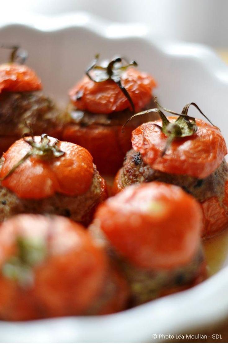 Un classique à ma sauce comme vous pouvez en trouver pas mal sur ce blog. Faut dire qu'on a tous au moins manger une fois des tomates farcies sans goût et sans texture. Là, j'ai apporté mon grain de sel et quelques épices pour un résultat ultrat gourmand...