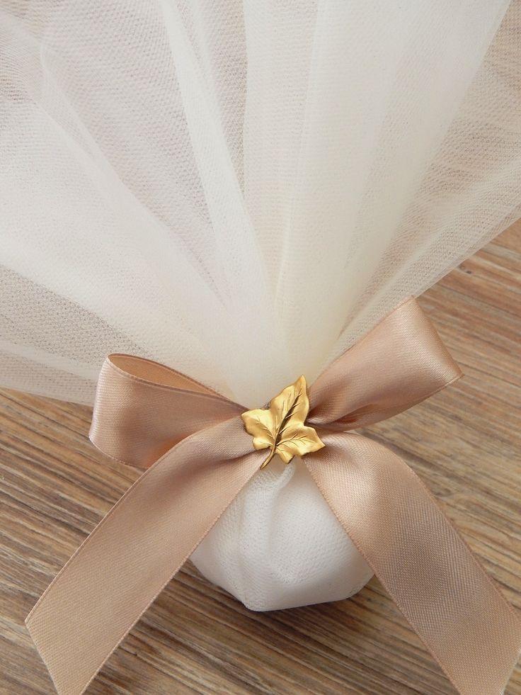 Κλασική μπομπονιέρα γάμου με τούλι και σατέν γιόγκο με διακοσμητικό φυλλαράκι από ορείχαλκο