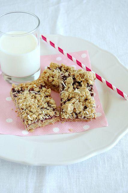 Blackberry coconut oat bars / Barrinhas de aveia, coco e geléia de amora by Patricia Scarpin, via Flickr