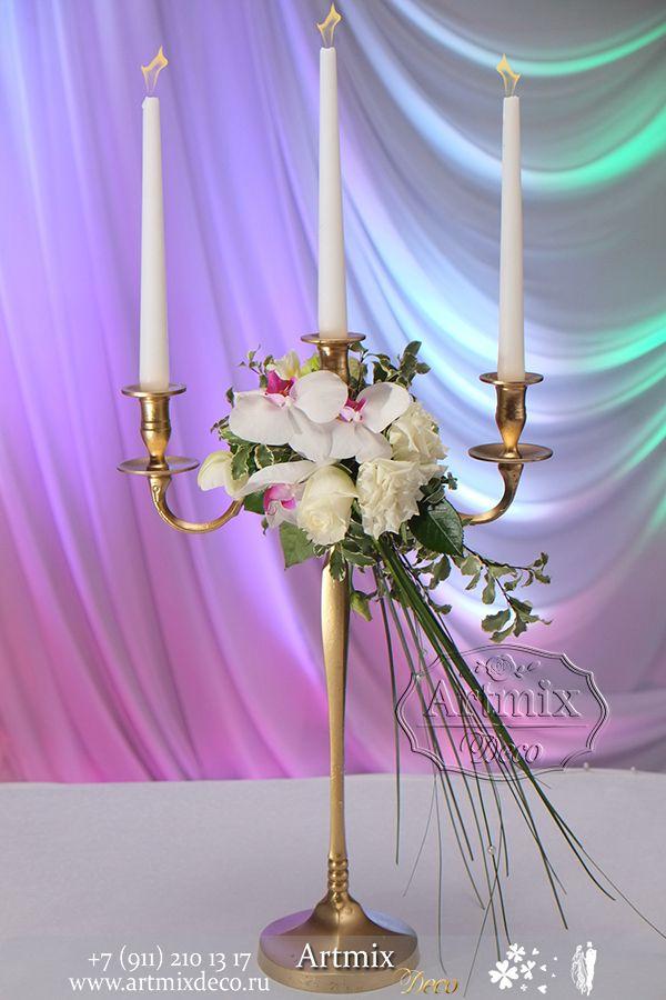 Свадебное оформление канделябров цветами придает  праздничное настроение, а зажженные свечи - романтику в этот вечер.