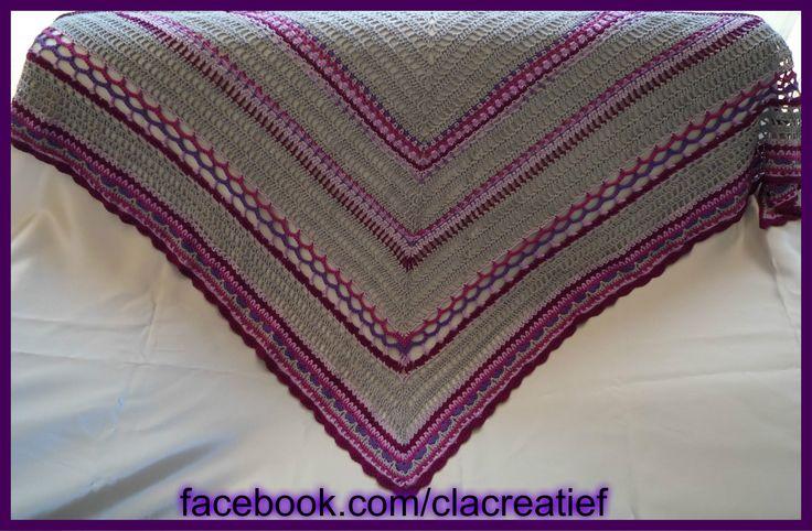 Made by ©ClaCreatief; Zomerse omslagdoek gehaakt. Het patroon van de omslagdoek is de Pippy rose sjaal van Sjamone, de rand is een deel van de Sunday Shawl van The Little Bee.