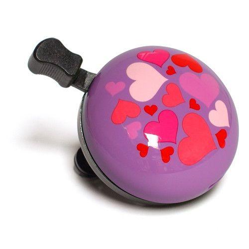 Denne+ringeklokka+plinger+som+alle+andre+sykkelklokker.+I+tillegg+har+den+hjertemønster+med+mange+små+hjerter+på+lilla+bakgrunn. Lett+å+montere.+Passer+alle+sykler.+Sier+ring+-+ring+når+du+plinger.+Pling+i+vei! 5,5+cm+diameter.