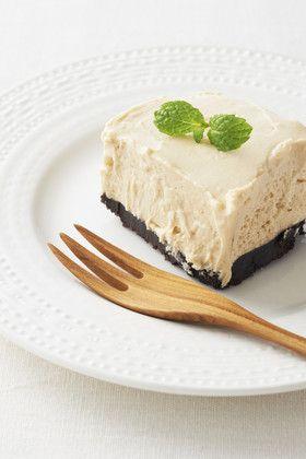 濃厚カフェレアチーズケーキ   焼かず、ゼラチンも使わずに濃厚なレアチーズケーキができちゃう簡単レシピ。とろ~り口の中でとけて、コーヒーの香りが◎  材料 (10cm×10cm×高さ5cmの容器1台分) ■ 生地 〈ブレンディ〉インスタントコーヒー 小さじ2 クリームチーズ 200g 生クリーム(脂肪分47%のもの) 1/2カップ 砂糖 45g ■ 台 ココアクッキー 80g バター 35g ■ トッピング フレッシュミント(お好みで) 適量