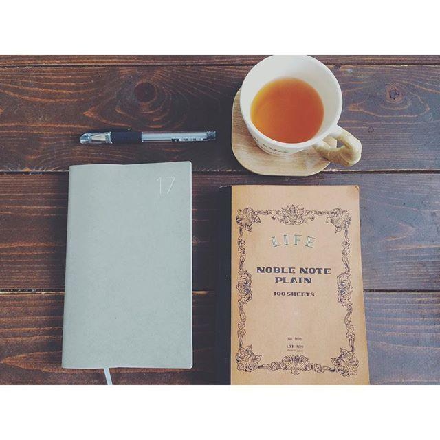 ベビーお昼寝中のため休憩 毎日使ってるノート、手帳、ペン♫ 何でもかんでも書くの好き♫ この2冊の書き心地に惚れ惚れ...... 今夜はうどんにしようかなあ〜 #スケジュール帳#能率手帳#noltyu#ライフノート#ノーブルノート#ノート#ノート好き#シグノ#シグノ部#ルイボスティー#文具#文具好き