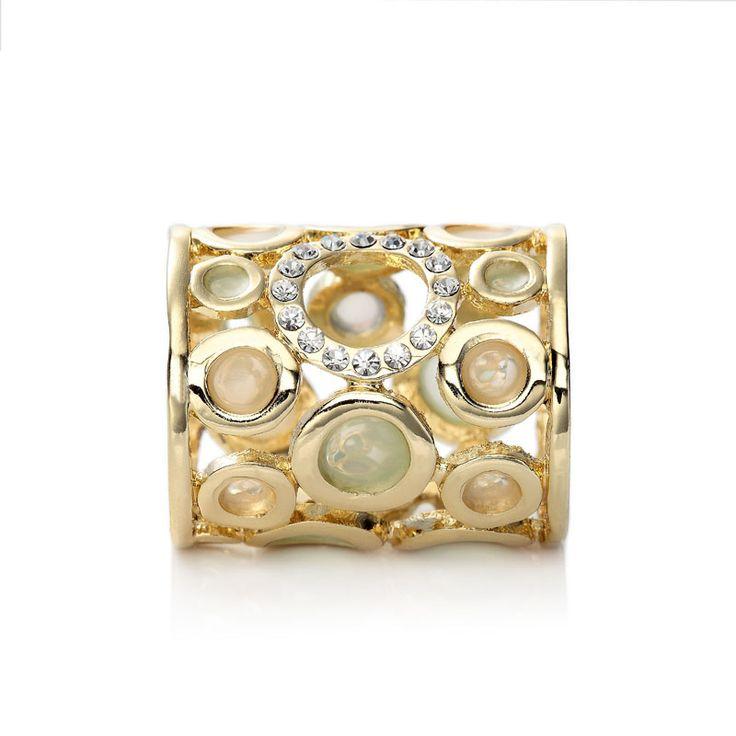 Luxusná ozdoba s názvom Circles je rúrkový typ spony na šatky a šály. Sponu tvoria kruhy bielej a ružovej glazúry s trblietavými kryštálmi. Ozdoba je rúrkovitého vzhľadu, aby bolo možné ľahké upnutie na šatku alebo šál.  Táto ozdoba na hodvábne šatky a šály je vyrobená z kvalitnej zlatiny kovov a následne pozlátená lešteným striebrom. Tento luxusný doplnok dodá vášmu outfitu lesk a iskru.  www.mariejean.eu