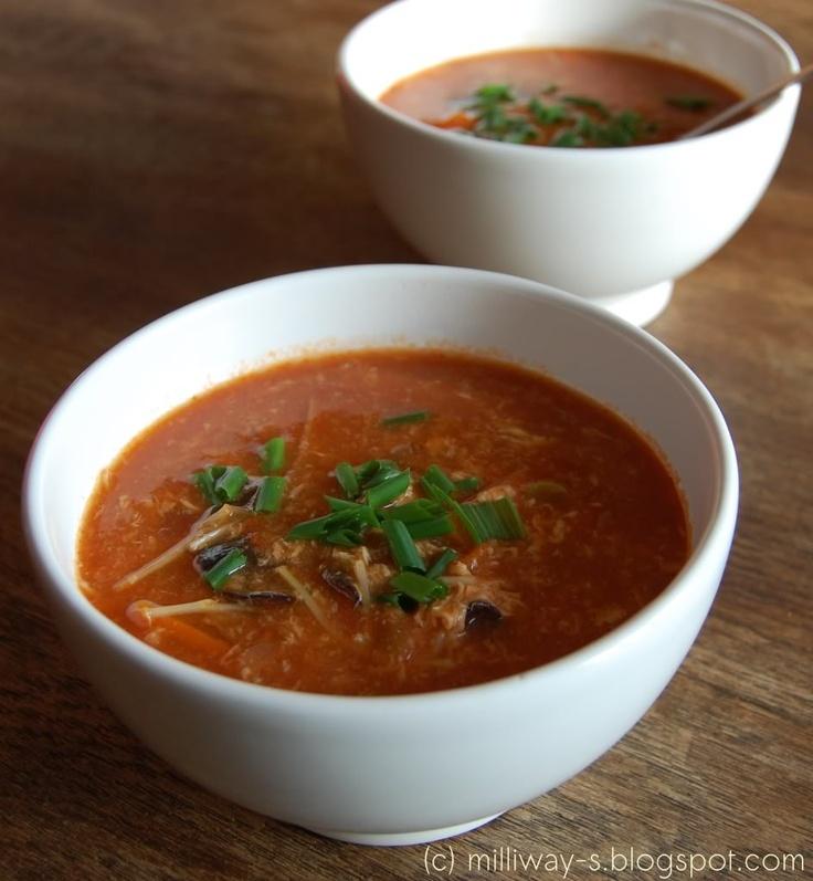 Peking-Suppe 2 Hähnchenbrüste getrocknete Mu-Err-Pilze 2 l Wasser 2 Stück Ingwer, daumendick 2 Schalotten 1 getrocknete Cayenne-Chili (oder zwei Thai-Chilis) 2 Karotten 6 Tomaten Sojasprossen (oder andere Sprossen) Bambussprossen 3 Eier
