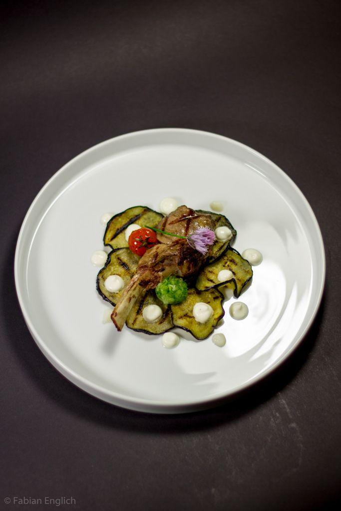 Lammkarree sous-vide | gegrillte Aubergine | confierte Tomaten | Buttermilch-Knoblaubcreme | Tzatziki dekonstruiert