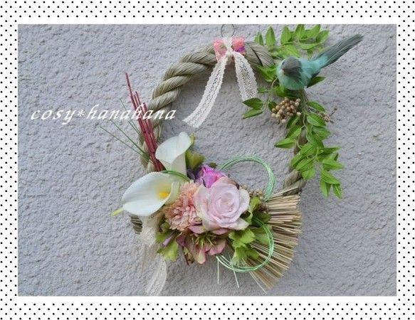 新春を表現したふんわりカラーのしめ縄リースです。アーティフィシャルフラワー中心です。洋花でやさしい雰囲気に仕上げました。小鳥も春を告げにやってきましたよ。和が...|ハンドメイド、手作り、手仕事品の通販・販売・購入ならCreema。