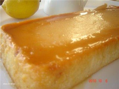 Сливочный флан с яблоками и корицей.  На 6 порций: 6 небольших яблока  Палочка корицы  Сок и корка 1 лимона  50 гр рома  300 мл сливок  5-6 яиц  150 гр сахара для карамели  100 гр сахара для пюре