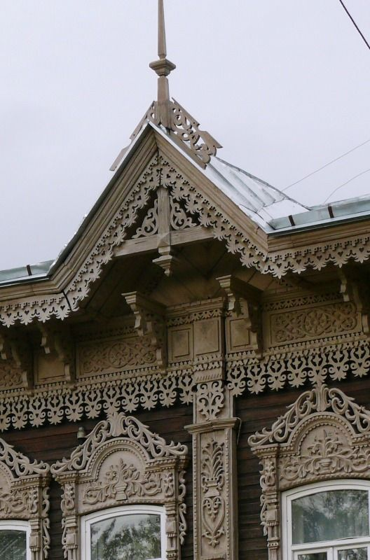 "Wooden houses should be considered by fragments. The triangle above the roof called the pediment (or frontonchik). Decorated board under the eaves - friezes and decorative gizmo supporting cornice - brackets. All this tracery, pattern form, and on a sunny day gives an additional pattern. This creates a sense of ""boiling"" lace, familiar to every lover of wooden architecture."