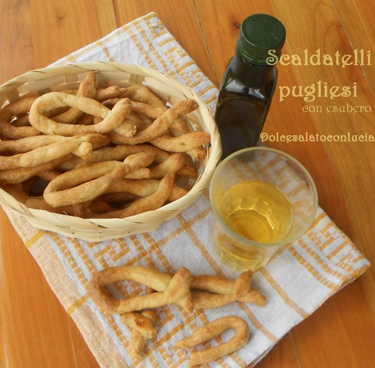 Scaldatelli con olio extravergine e vino bianco con esuberi di pasta madre