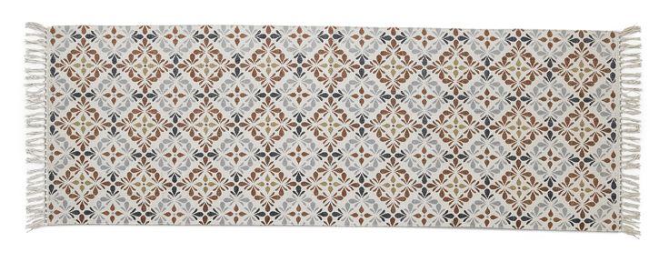 En matta med mycket färg och mönster kan förvandla rummen till ett varmt och ombonat hem som ger en välkomnande känsla. Beda är en handvävd bomullsmatta med ett dekorativt handtryckt blommönster som gör varje matta unik med små skillnader i väv och färg. För att få till det rätta slitna utseendet är den stentvättad vilket ger en mjuk och hemtrevlig känsla i rummet. Köp gärna till ett mattunderlägg så håller den sig still. För att Beda ska hålla sig fin länge, rekommenderar vi endast…