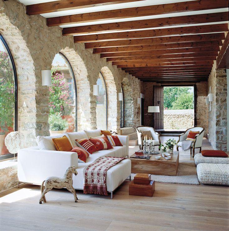 Amplio sal n con paredes de piedra y suelo de madera - Salon de piedra ...