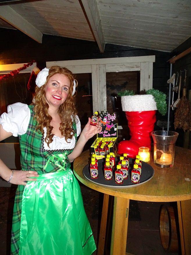 Tiroler Dames delen uit. Bv Flugel. Boek het Aprés Ski Themafeest. http://www.funenpartymatch.nl/apresski.php