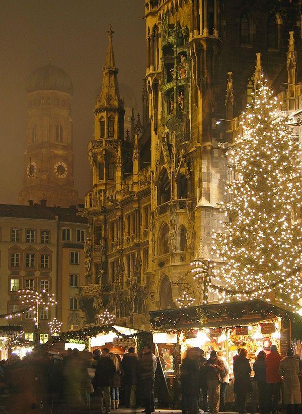 München Weihnachtsmarkt in Bayern (2011-2012), mit das Neues Rathaus in Marienplatz. Sehr schön Weihnachtsbaum!