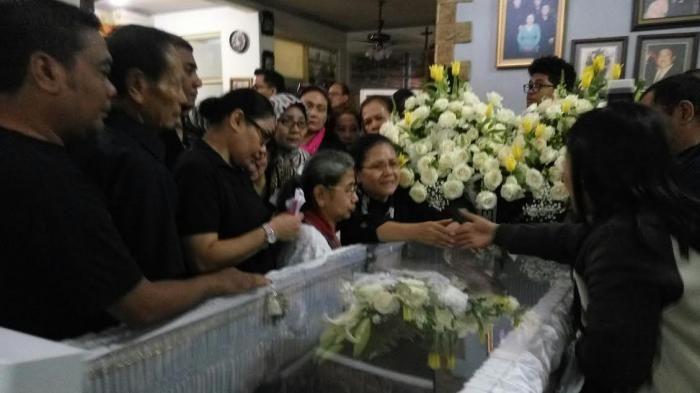 Pemakaman Mike Mohede - Dengan Tegar, Ibunda Nyanyikan Lagu Mengharukan Ini Disambut Tangis