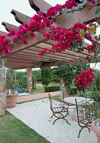 Para seguir o mesmo estilo provençal adotado no jardim, o paisagista Gilberto Elkis abusou de materiais naturais na construção do pergolado. Sustentado por oito pilares de alvenaria revestidos de pedras bolão, tem cobertura de madeira cumaru envernizada