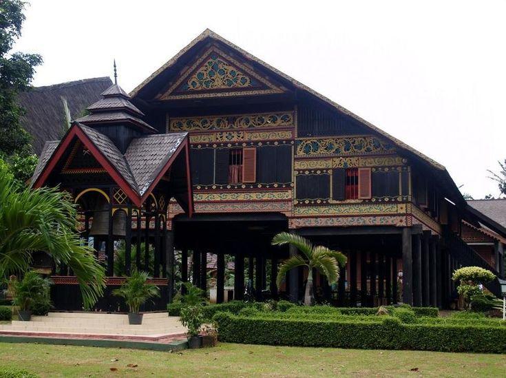 Museum Aceh    Saat ini Wisata Indonesia Museum Negeri Aceh merupakan museum yang dikelola oleh Pemerintah dan sebagai tempat penyimpanan berbagai benda bersejarah, baik dari masa kerajaan hingga masa kemerdekaan. Koleksi yang ada di museum aceh ini antara lain: Stempel Kerajaan Aceh, Replika Makam Malikul Saleh, naskah kuno, Mata Uang Kerajaan Aceh dan lain-lain.